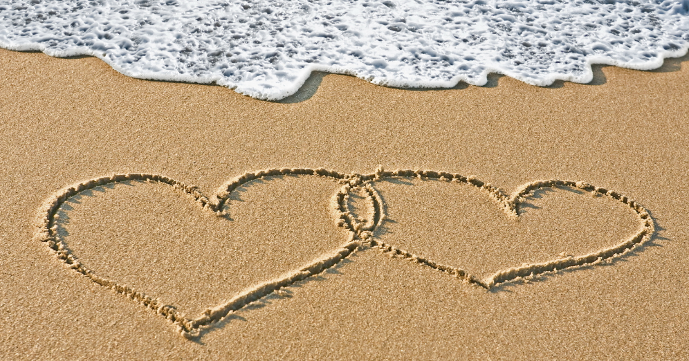 twee-harten-in-zand-geschreven